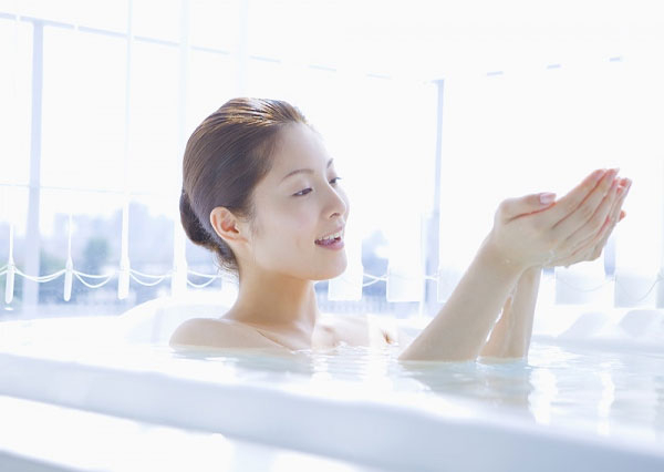 Tắm quá nhiều khiến da trở nên khô ráp.