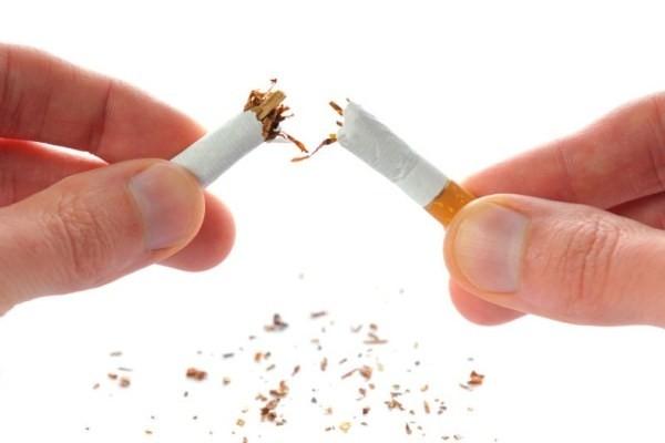 Một trong những lý do khiến hàm răng của đàn ông trông xấu hơn là vì họ sử dụng nhiều thuốc lá.