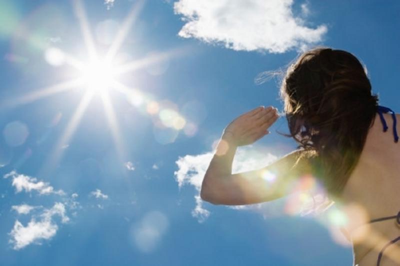 Ánh nắng mặt trời từ sau 9 giờ sáng chứa nhiều tia cực tím gây hại cho cơ thể.