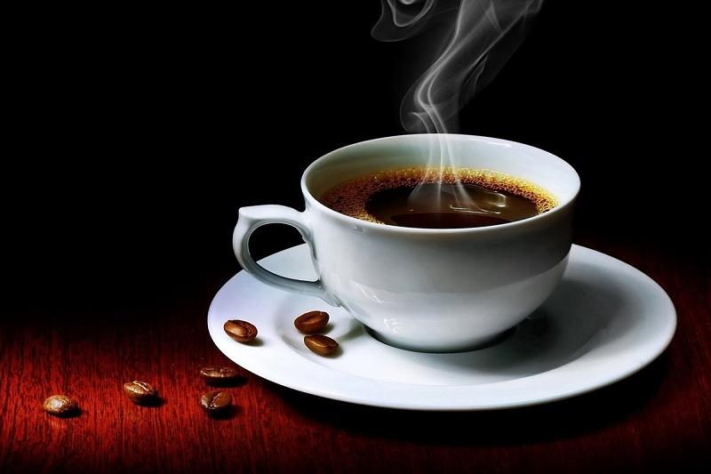 Không nên cho bé uống cafe