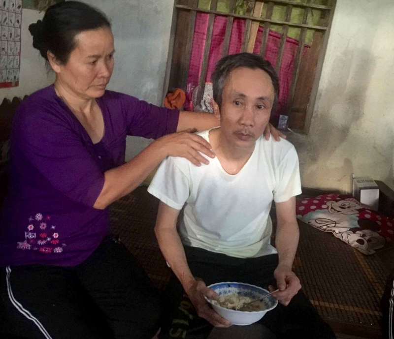 Ông Hàn Đức Long được vợ chăm sóc sau khi được thả tự do