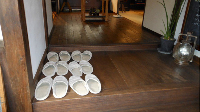 Văn hóa của người Hàn Quốc là thường sinh hoạt, ăn uống, trò truyện, xem TV ngay trên sàn nhà chính vì vậy việc mang giày dép vào nhà là một trong những điều cấm kỵ