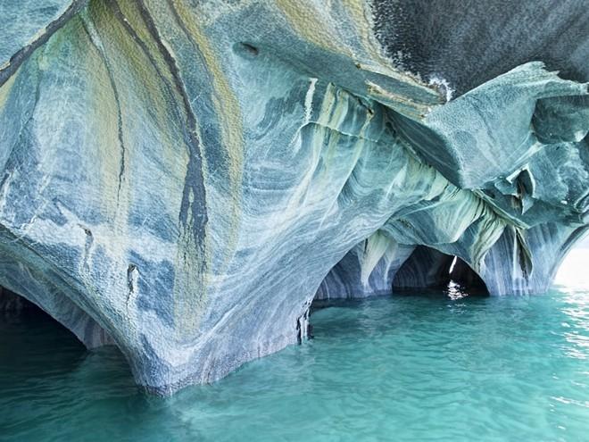 Để tham quan vẻ đẹp bên trong hang động thì chỉ có một phương tiện duy nhất là thuyền thôi.