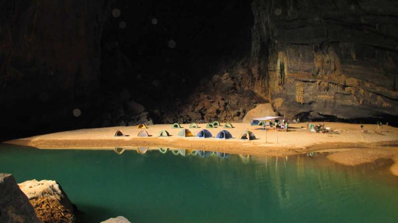 Cắm trại bên trong Hang Én
