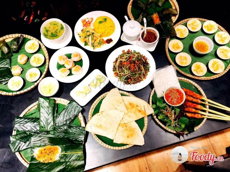Món ăn tại hàng me Huế