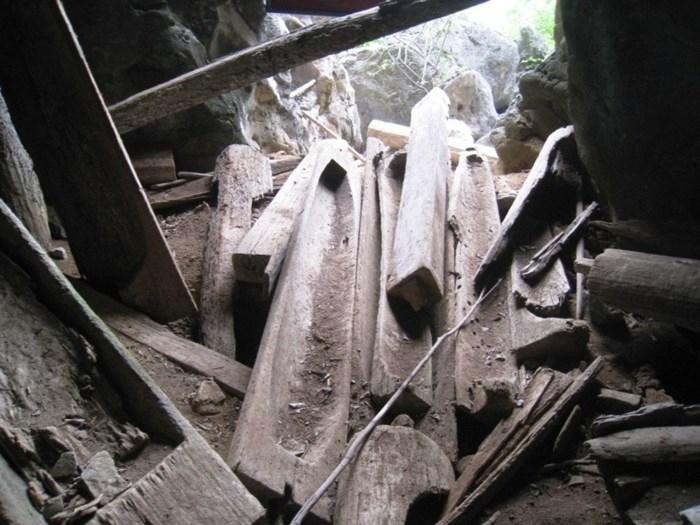 Các cỗ quan tài bằng gỗ trong hang