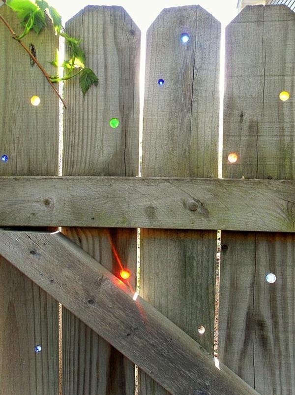 Hàng rào nghệ thuật gắn những hòn bi màu sắc