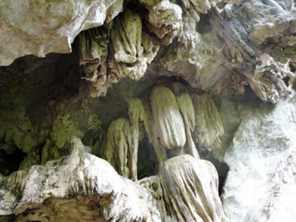 Vẻ hoang sơ của hang