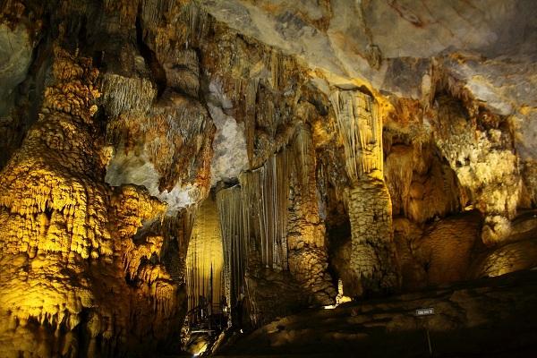 Vẻ đẹp bên trong hang Thủy Cung
