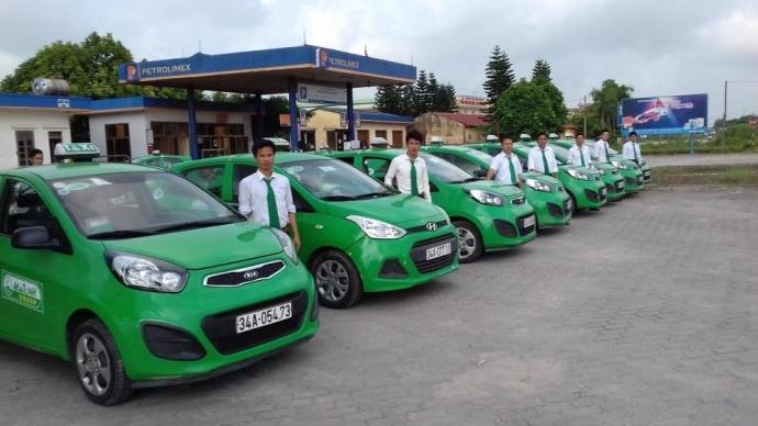 Đội ngũ nhân viên và xe của Taxi Vũ Gia