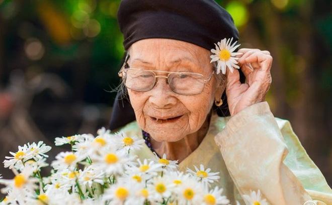 Em thật hạnh phúc khi được sống cùng bà ngoại.
