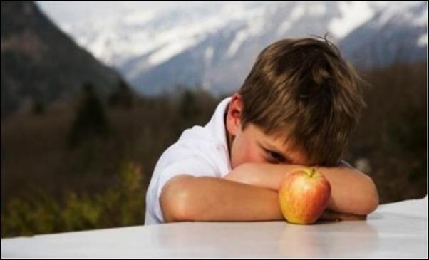 Trẻ tự kỷ có hành vi lặp lại