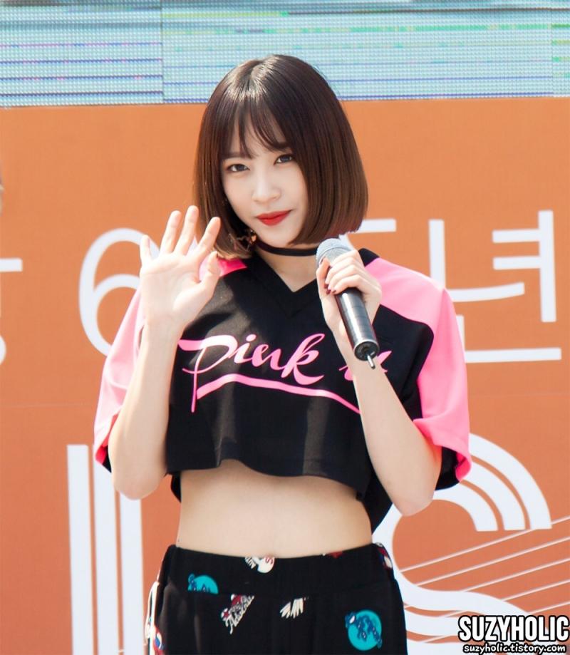Lên sân khấu là vẻ đẹp sexy được Hani tận dụng ngay.
