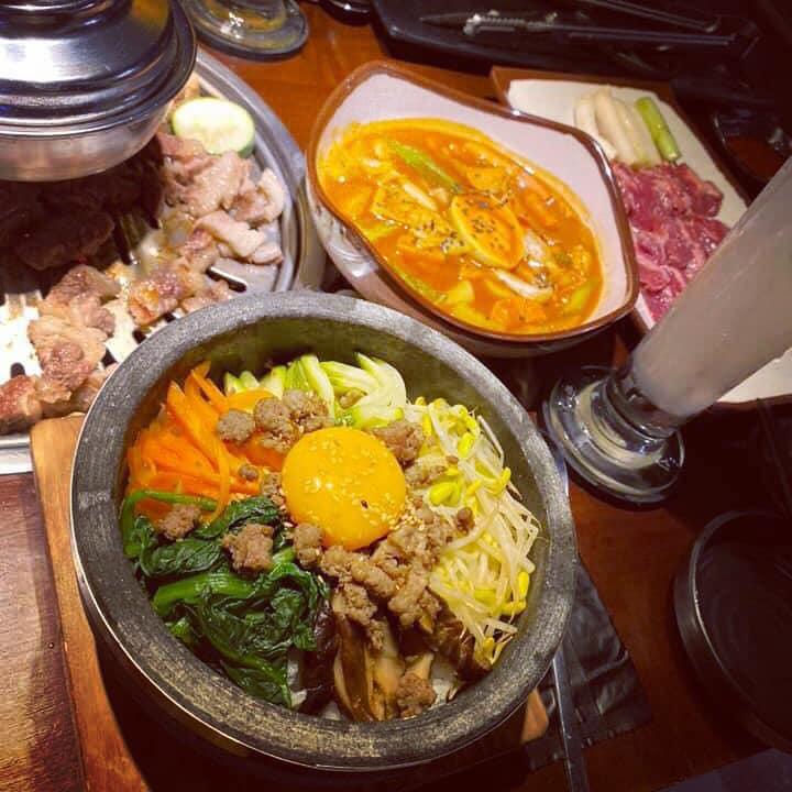 Các món ăn Hàn được đầu bếp chuyên nghiệp nêm nếm và chế biến chuẩn vị Hàn Quốc, đảm bảo chất lượng món ăn đến với bàn tiệc của thực khách luôn nóng hổi và thơm ngon