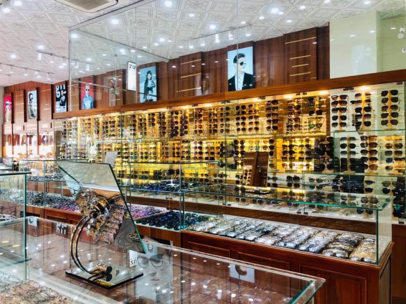 Tại Kính Mắt Thành Phố bạn có thể tìm thấy mọi loại kính mắt mà mình muốn, bởi tại đây sản phẩm vô cùng phong phú và đa đạng, từ hãng sản xuất, kiểu dáng, màu sắc, kiểu gọng,...