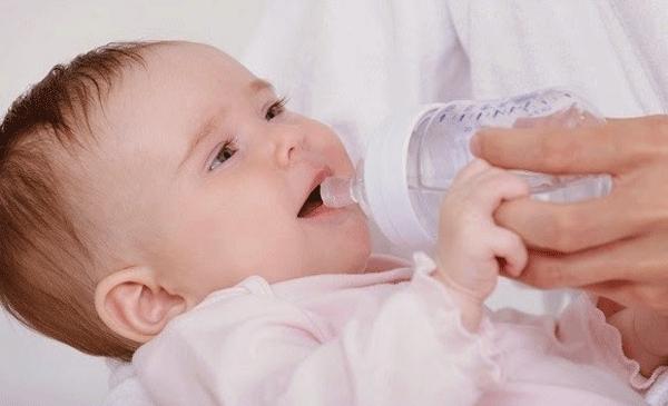 Theo các bác sĩ nhi khoa, nếu bé dưới 6 tháng tuổi và được cho bú mẹ hoàn toàn, bạn không nên cho bé uống nước, ngay cả khi trời nóng