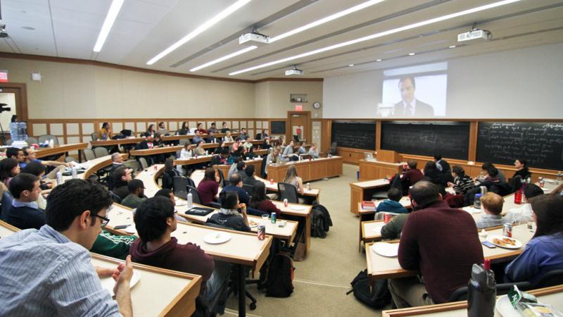 Các sinh viên Đại học Harvard đang chăm chú nghe giảng
