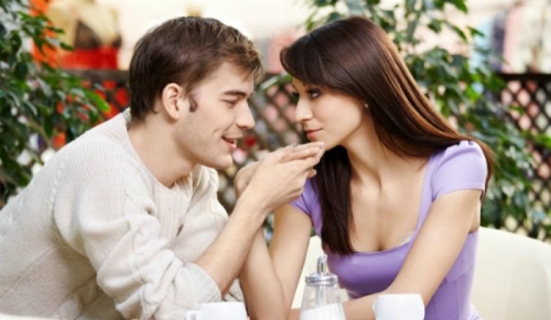 Nếu có việc gì khiến bạn cảm thấy khó chịu, hãy sẵn sàng chia sẻ với người yêu.