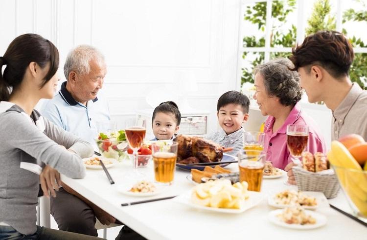 Hãy để trẻ ngồi cùng mâm với cả gia đình