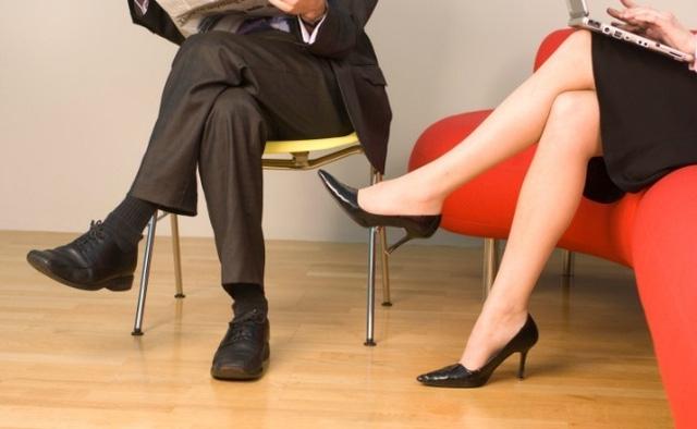 Ngồi chéo chân là thói quen xấu nên bỏ ngay
