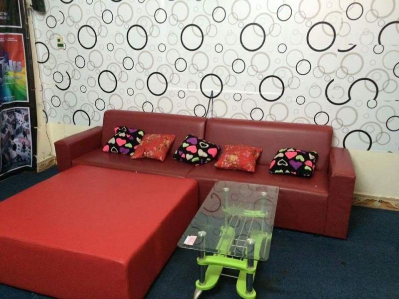 Ghế sofa xem phim hoặc có thể nằm trên chiếc ghế dài được bao bọc đẹp mắt
