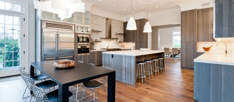 Phòng bếp sáng sủa với hệ thống chiếu sáng hiện đại