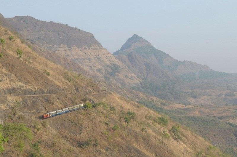 Hệ thống đường sắt kéo dài tới 3 dãy núi của Ấn Độ là một công trình nổi bật với thời gian