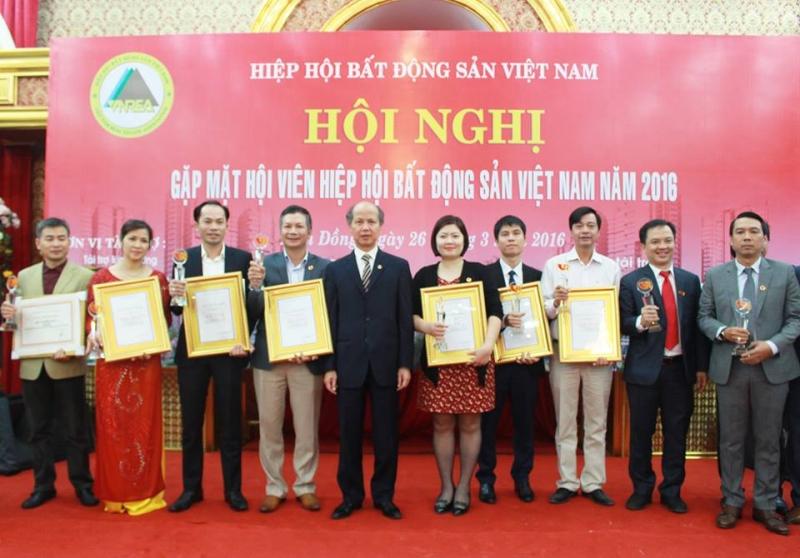Ông Phạm Thanh Hưng (thứ tư từ trái sang) đại diện STDA nhận bằng khen từ ông Nguyễn Mạnh Hà - Chủ tịch Hội Môi giới BĐS Việt Nam