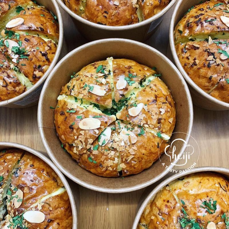 Trong thời gian gần đây, Heiji Bakery cũng đã bắt tay vào làm những chiếc bánh bơ tỏi phô mai để khách kịp thời theo trào lưu.