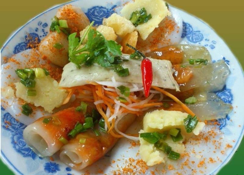 Rất nhiều món ăn đặc trưng xứ Huế được bán ở đây.
