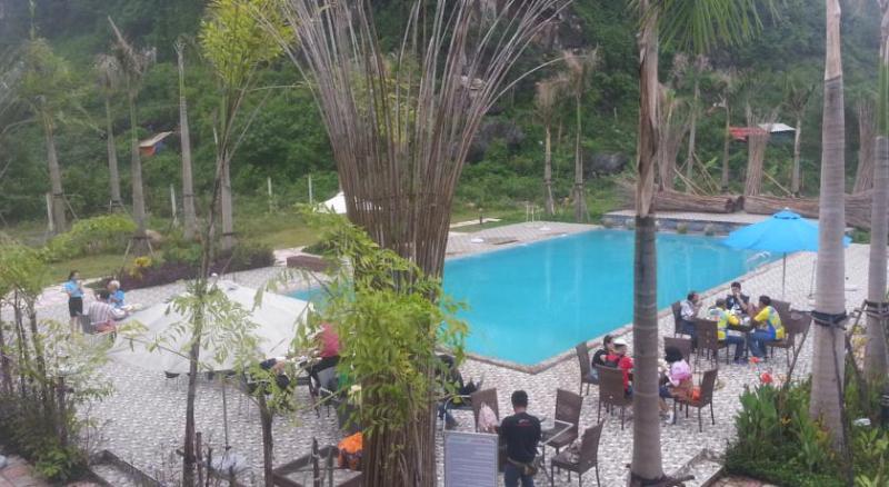 Đặc biệt ở Heritage By Night Hotel còn có khu hồ bơi ngoài trời nước xanh trong vắt