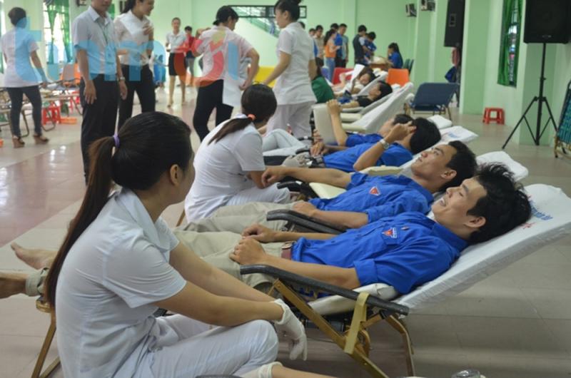 Đoàn viên thanh niên tích cực hiến máu nhân đạo