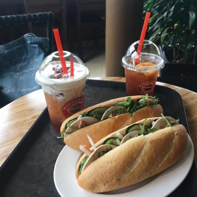 Highlands Coffee nổi tiếng với những đồ ăn thức uống cầu kì, tỉ mỉ trong khâu pha chế