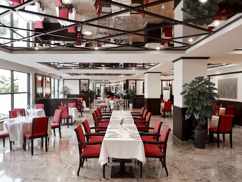 Nhà ăn được thiết kế theo gam màu đỏ sáng và trắng đầy tinh tế