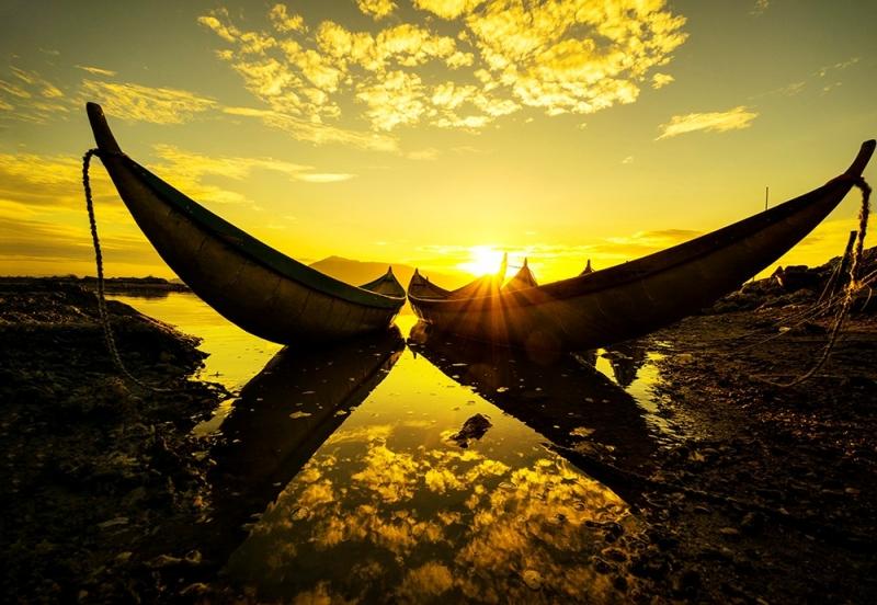 Hình ảnh hai chiếc thuyền