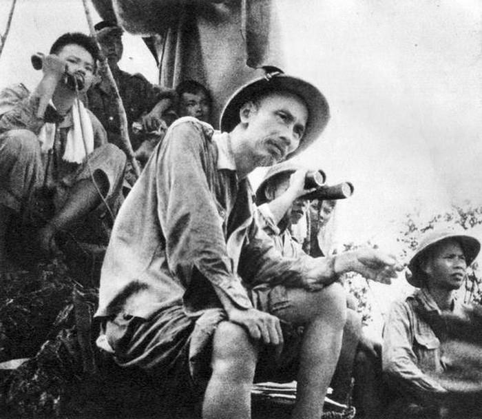 Là người sáng lập và lãnh đạo Quân đội Nhân dân Việt Nam, Hồ Chủ tịch đã theo dõi mặt trận suốt thời gian chiến dịch Biên giới năm 1950
