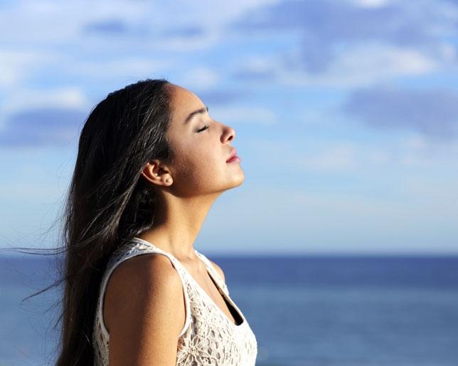 Hít thở sâu sẽ giảm stress và đau đầu