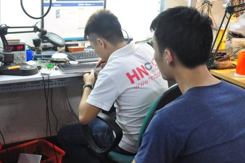 Nhân viên của HNCOM luôn tận tình với khách hàng