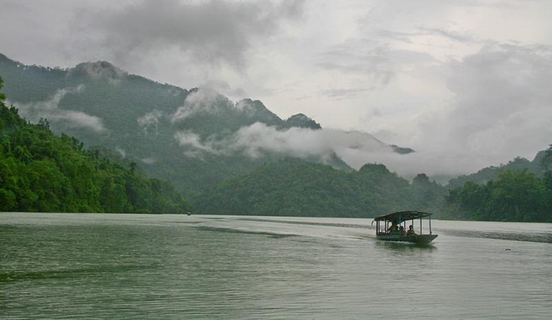 Hồ Ba Bể với nước hồ xanh trong veo