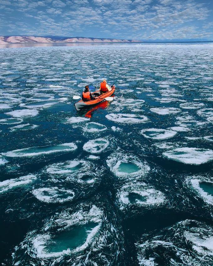 Hồ Baikal thuộc lãnh thổ Nga, rộng lớn tới mức có thể đủ nước cho cả nhân loại dùng trong 1/4 thế kỷ.