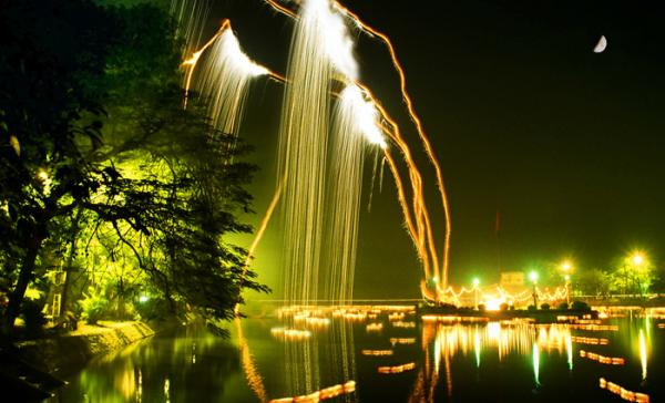 Vẻ đẹp lung linh Hồ Bán Nguyệt về đêm