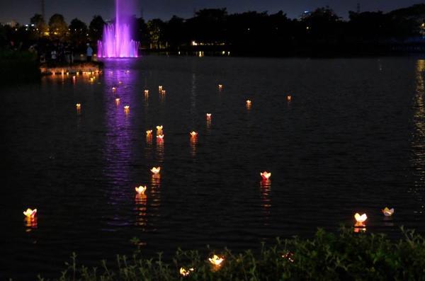 Thả đèn hoa đăng tại Hồ Bán nguyệt Garmuda