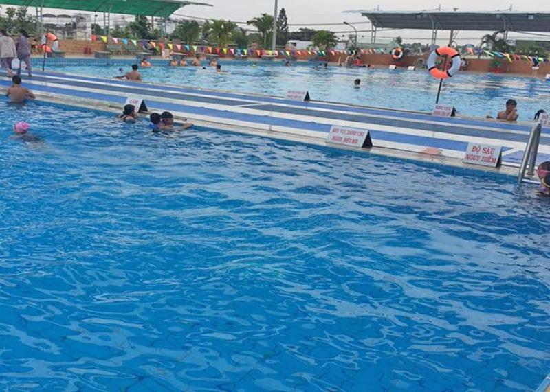Đường bơi của người lớn rộng rãi, thỏa thích bơi lội