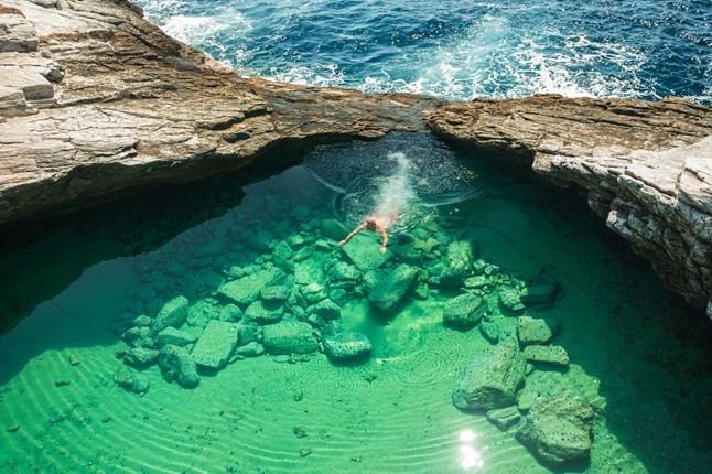 Bạn sẽ khá bất ngờ bởi vẻ đẹp của nó, trông không khác gì một bể bơi được chạm khắc một cách tinh tế từ đá vậy.