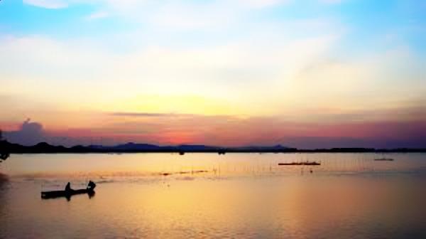 Bung Binh Thien Lake at sunset