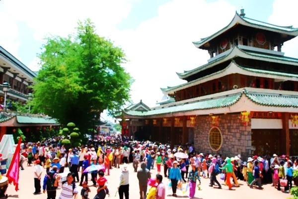 People and tourists come to worship the goddess Xu