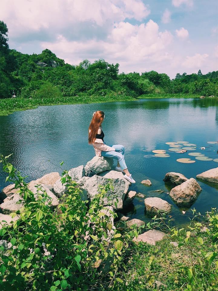 Một bạn trẻ đang thích thú tạo dáng trên những phiến đá tại hồ Latina