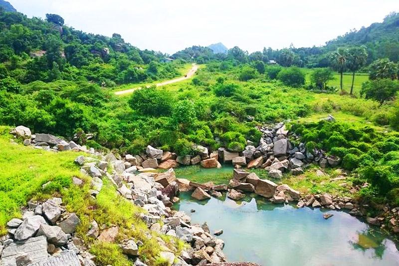 Xung quanh bờ hồ là trăm ngàn phiến đá bạc với đủ kích thước và hình thù, du khách có thể ngồi trên phiến đá và thả chân đùa giỡn cùng dòng nước mát rượi. Nước trong hồ không quá sâu, bạn có thể ngắm nhìn đến tận đáy hồ.