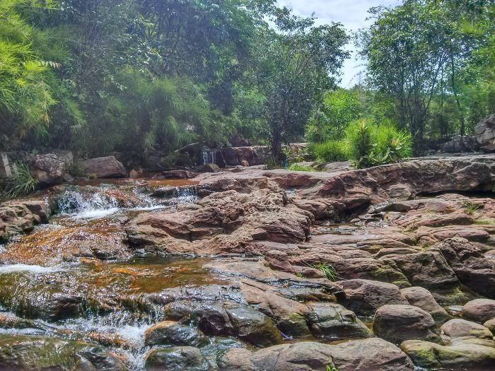 Khu vực núi Cậu còn có dòng suối Trúc len qua từng khe đá, róc rách chảy, trong veo