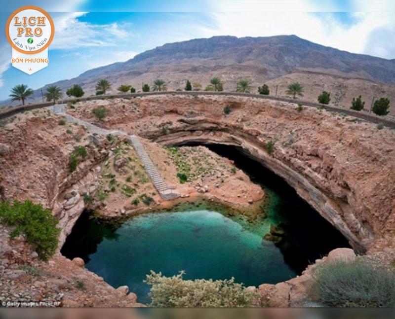Hố này vô cùng nổi tiếng với rất nhiều hang động và vách đá cao